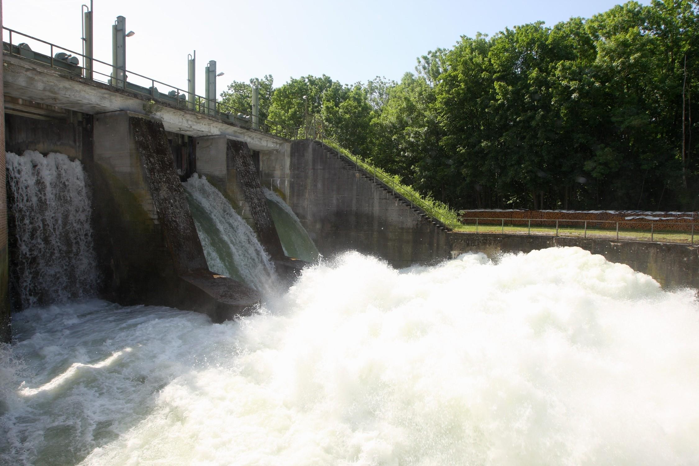 BMW Group producirá los nuevos BMW iX y BMW i4 con energía hidroeléctrica.